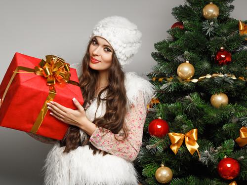 Красивая девушка, подарок, ёлка, обои 1 280px × 960px