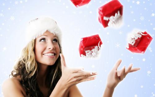 Девушка жонглирует подарками, обои 1 920px × 1 200px