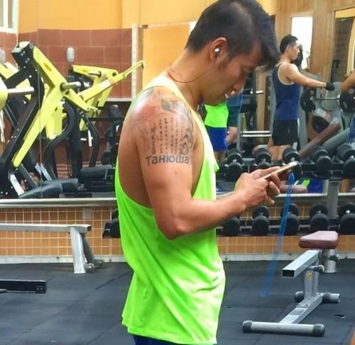 Китаец думает, что у него на плече крутая европейская татуировка