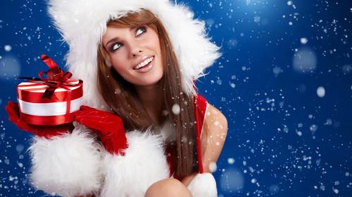 Девушка с подарком, новогодние обои 2000px × 1 125px