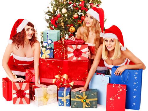 Три девушки, ёлка и подарки, обои2 000px × 1 500px