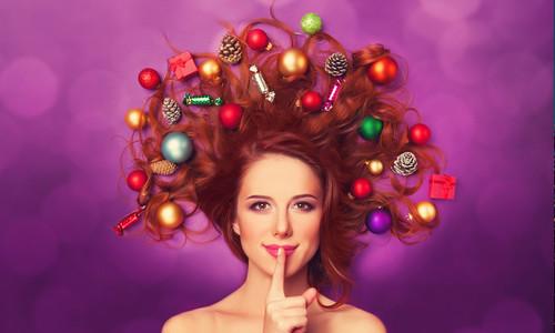Рыжая бестия, новогодние игрушки в волосах, обои 1 280px × 768px