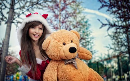 Новый год, азиатка с мишкой, обои 1920px × 1200px