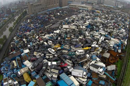 Свалка б/у авто в Китае. Совсем недавно китайцы ездили на велосипедах